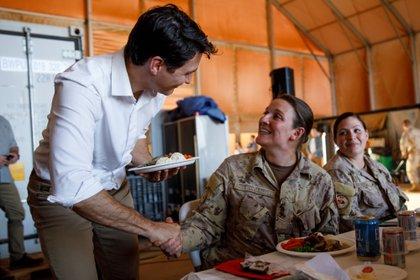 Justin Trudeau saludando a soldados de las tropas canadienses (Photo by Adam SCOTTI / CANADIAN PRIME MINISTER'S OFFICE / AFP)