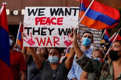 Protesta en jóvenes de la comunidad armenia contra lo que consideran una agresión de Azerbaiyán (Reuters)