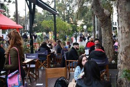 La calle Fernández de Enciso, en Villa Devoto, fue transformada en peatonal gastronómica experimental