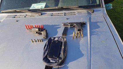 En los vehículos estacionados alrededor del estadio encontraron más armas y municiones