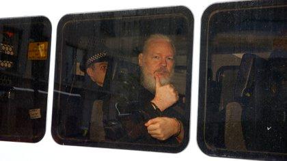 Julian Assangefue trasladado a los tribunales británicos (Reuters)