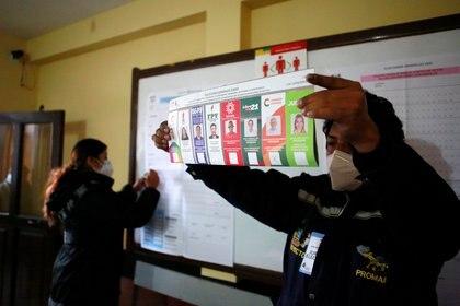 Un miembro del jurado muestra una boleta marcada mientras cuenta los votos en una escuela durante las elecciones presidenciales en La Paz, Bolivia, el 18 de octubre de 2020. REUTERS/Manuel Claure