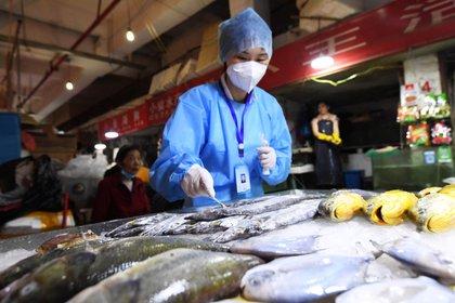 Revisiones en un mercado de Guiyang, en la provincia de Guizhou (Reuters)