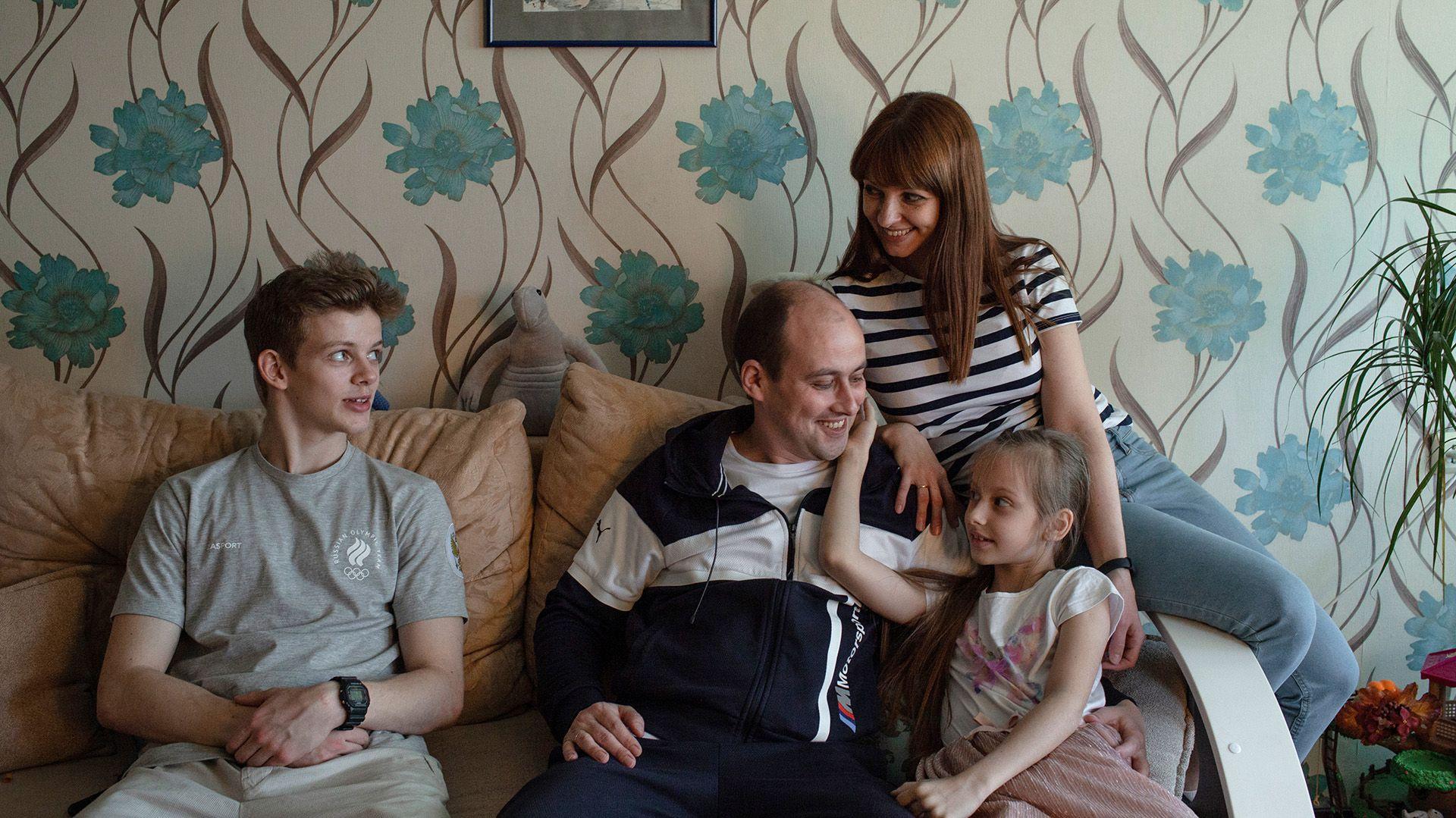 La familia Chernyshev: Sergei hijo, Sergei padre, Anastasia y Oksana (Emile Ducke/The New York Times)