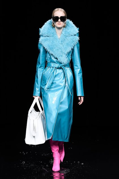 La pasarela de Balenciaga presentó vestidos de terciopelo anchos, abrigos con capucha, túnicas que recuerdan a las que visten curas y magistrados (Shutterstock)