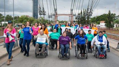 """La bandera permanecerá en el puente por siete días y bajo el lema """"Inclusión, que nadie se quede afuera"""""""