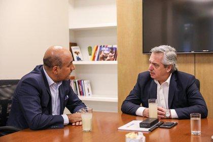 Maximiliano Reyes Zuniga con Alberto Fernandez, durante un encuentro celebrado el 19 de octubre de 2019 en Buenos Aires, Argentina (Foto: Archivo)