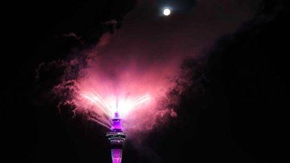 Fuegos artificiales desde la Sky Tower en Auckland, Nueva Zelanda (Michael Craig/ NZ Herald vía AP)