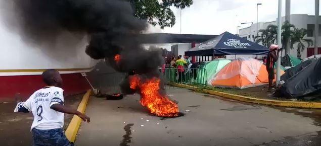 Los migrantes africanos incediaron neumáticos como protesta por su situación (Foto: Captura de pantalla)