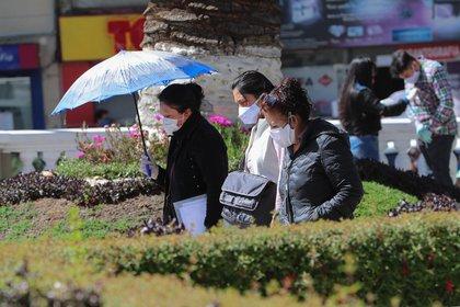 Personas caminan por las calles de La Paz (EFE/Martin Alipaz)