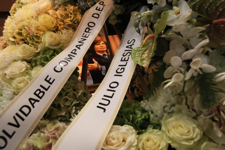 """""""Inolvidable compañero, descansa en paz"""", se lee en la corona que envió el cantante Julio Iglesias (Foto: Reuters/ Susana Vera)"""