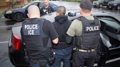 Muchos inmigrantes podrían no tener forma de demostrar que llevan más de dos años residiendo en Estados Unidos y podrían ser deportados sin una audiencia judicial (Reuters)