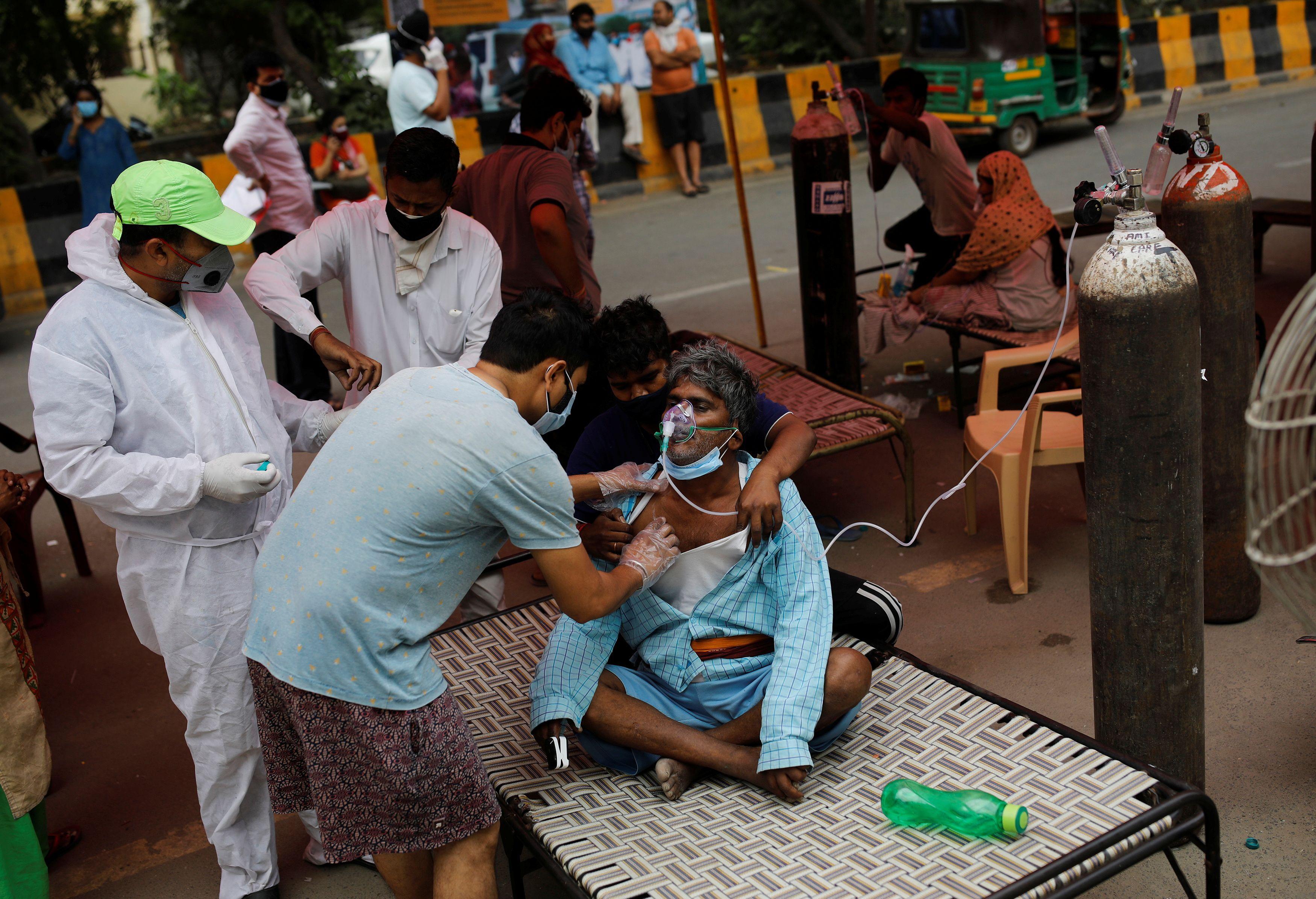 Una persona es atendida en Ghaziabad, India. REUTERS/Adnan Abidi