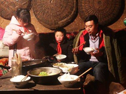 Una familia campesina en Yunnan en 2018 (AFP)