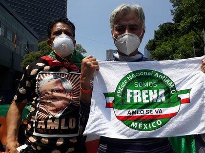 Integrante de FRENAAA y simpatizante de AMLO debaten enfrente de la Alameda Central  Fotografía: Alfonso Sotelo/ Infobae México