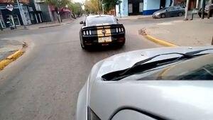 Perdió el control y chocó contra una columna de luz con su Mustang de casi 100 mil dólares