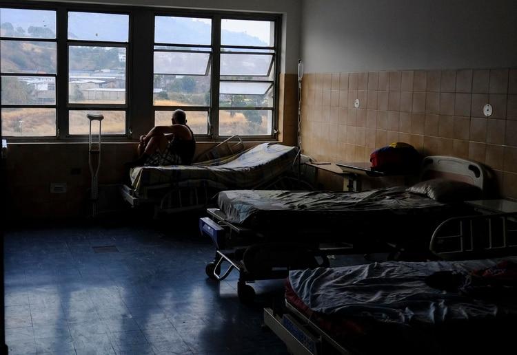 Un paciente mira por la ventana del hospital Miguel Pérez Carreño en Caracas (AFP)