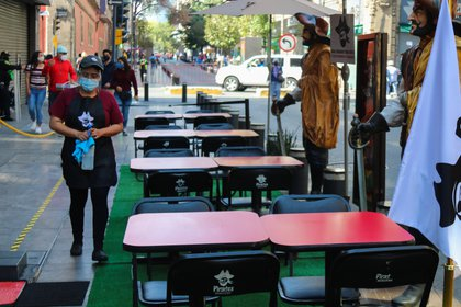 Una trabajadora limpia las mesas de un restaurante, hoy en Ciudad de México (Foto: EFE)