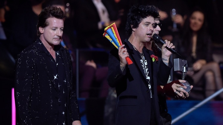 Green Day recibiendo su premio. (Photo by JORGE GUERRERO / AFP)