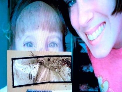 La imagen de madre e hija se usó durante el juicio. Un perito forense puso una imagen de las mordazas que fueron halladas en el esqueleto de  Caylee para mostrar como la niña había sido silenciada antes del crimen (AP/Joe Burbank)