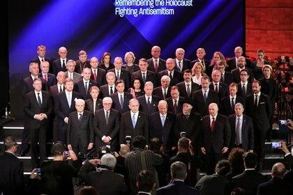 El primer ministro israelí Benjamin Netanyahu y el presidente israelí Reuven Rivlin posan con los líderes mundiales para una foto de grupo durante el Quinto Foro Mundial del Holocausto en el museo conmemorativo del Holocausto de Yad Vashem en Jerusalén, el 23 de enero de 2020. (REUTERS)