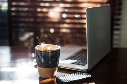 Llevar al lugar donde se va a poner la computadora de trabajo todo lo necesario para no levantarse a cada rato (Shutterstock)