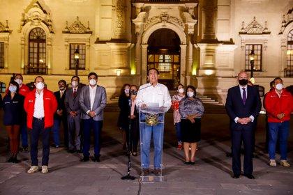 Fotografía cedida que muestra al presidente de Perú, Martín Vizcarra, mientras anuncia públicamente que acepta la decisión del Congreso y dejará Palacio de Gobierno, este lunes en Lima. EFE/Presidencia del Perú