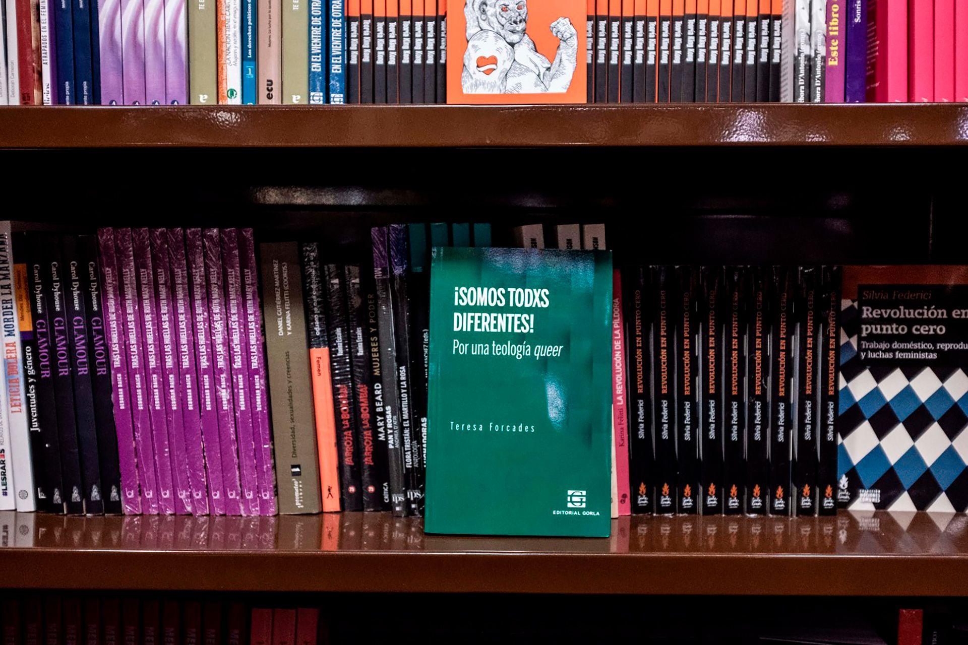 Un libro escrito en español de género neutro en la librería El Ateneo.