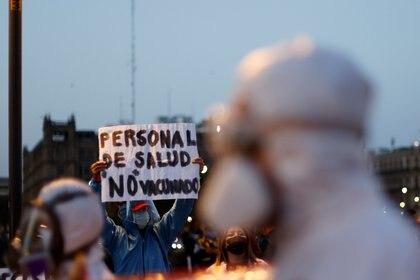 Este viernes médicos privados se manifestaron afuera del Palacio Nacional, donde despacha el Presidente, para exigir vacunas para el sector Foto: (REUTERS/Carlos Jasso)