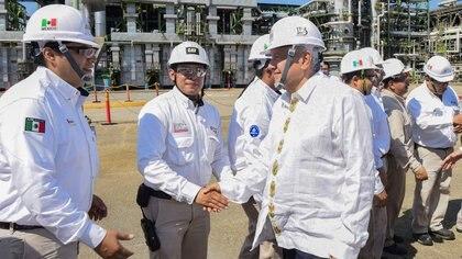 AMLO agradeció a los trabajadores de Pemex tras incendio de la Refinería de Minatitlán