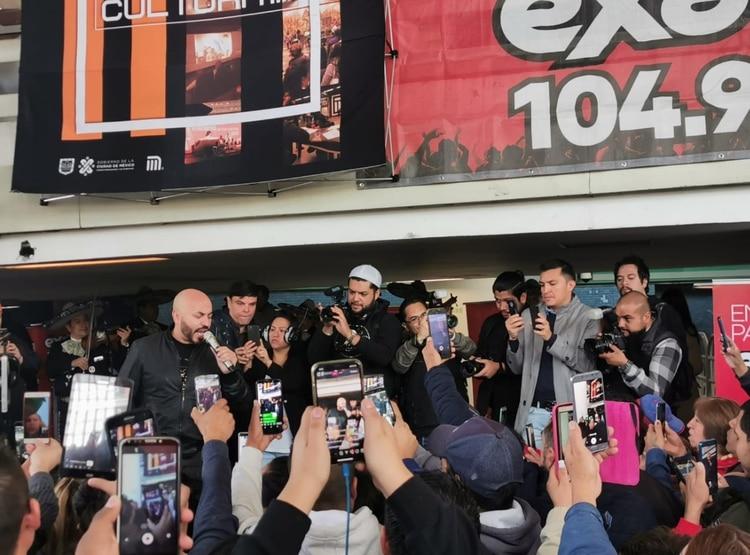 Lupillo Rivera, Exa FM y el STC Metro anunciaron que en cuestión de minutos se llevaría a cabo la presentación sorpresa del cantante que hace unos meses fue relacionado con Belinda. (Foto: Twitter)