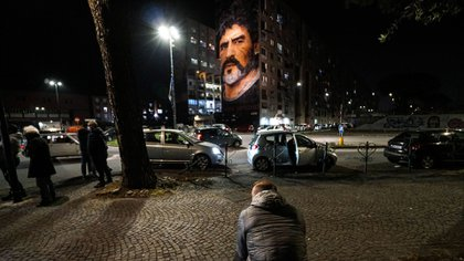 Napoli (Italy), 25/11/2020.- People pay tribute to former Argentinian soccer player and former Napoli player Diego Maradona near the Jorit mural in San Giovanni al Teduccio, a district of the eastern area of Naples, Italy, 25 Novembre 2020. Diego Maradona has died after a heart attack, media reports claimed on 25 November 2020. (Atentado, Italia, N�poles) EFE/EPA/CESARE ABBATE