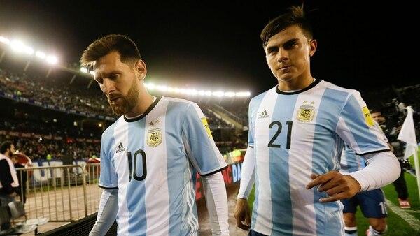 Paulo Dybala declaró que le resulta complicado jugar con Lionel Messi en la Selección argentina (AP)