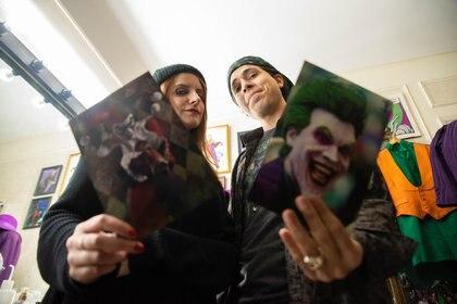 Alejandro y Ana conviven hace dos años. El personaje predilecto de ella es Harley Quinn, la famosa novia del Guasón. En la foto, cada uno sostiene una fotografía de ellos mismos caracterizados.