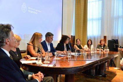Carla Vizzotti, secretaria de Acceso a la Salud, junto a 9 funcionarios y expertos en salud de diferentes organismos y ministerios se refirieron al coronavirus, al dengue y al sarampión (Prensa Ministerio de Salud)