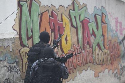 La zona permanece vigilada por la policía militar (AP)