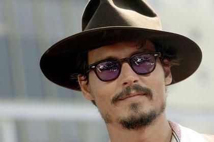 """FOTO DE ARCHIVO. El actor Johnny Depp asiste al estreno mundial de la película """"Charlie y la fábrica de chocolate"""" en el teatro Grauman's Chinese, en Hollywood, California, EEUU. 10 de julio de 2005. REUTERS/Mario Anzuoni"""