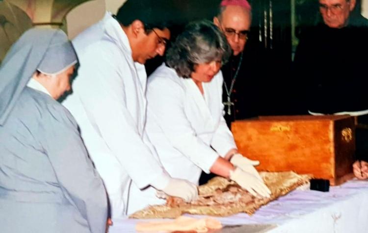 La doctora Adriana Mendía, junto al doctor Néstor Botas y el Obispo Luis Mollaghan -designaado por el entonces arzobispo Bergoglio- en la exhumación de la Beata.