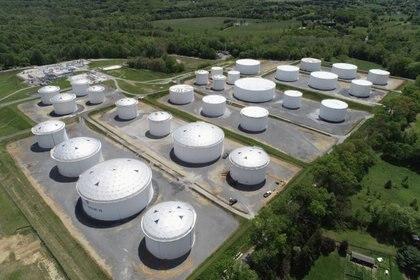 FOTO DE ARCHIVO: Tanques de retención en una fotografía aérea en la estación Dorsey Junction de Colonial Pipeline en Woodbine, Maryland, EE.UU., 10 de mayo de 2021. REUTERS / Drone Base