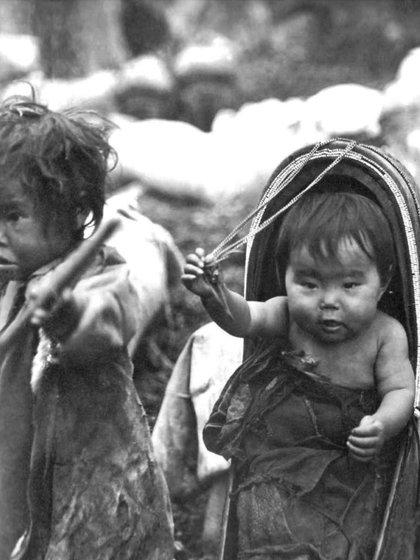 """""""Niños"""". Siberia Oriental. Provincia de Yenidéi. Evenki. Expedición de A. Makárenko. 1907-1908. Foto de Konstantin Alexandrovich Maslennikov"""