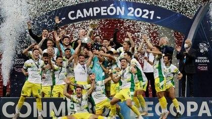 Jugadores de Defensa y Justicia celebran con el trofeo el título de la Recopa Sudamericana. Estadio Mane Garrincha, Brasilia, Brasil. 14 de abril de 2021. Pool via REUTERS/Ueslei Marcelino