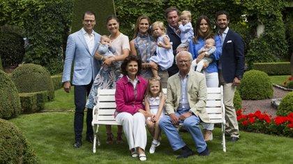La familia real de Suecia: el rey Carlos Gustavo, la reina Silvia, la princesa Victoria, el príncipe Daniel, el príncipe Oscar, la princesa Estelle, la princesa Madeleine, la princesa Leonore, el príncipe Nicolás, Chris O'Neill, el príncipe Carlos Felipe, la princesa Sofía y el  príncipe Alexander (Shutterstock)