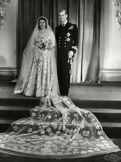 """El 20 de noviembre de 1947, Felipe contrajo matrimonio con la heredera del trono británico, la princesa Isabel. Para casarse, Felipe tuvo que renunciar a su religión y a su lealtad a Grecia. Por eso, perdió su título de """"príncipe de Grecia y Dinamarca"""". En la víspera de su boda Jorge VI le concedió el título de duque de Edimburgo, otorgándole el tratamiento de Alteza Real"""