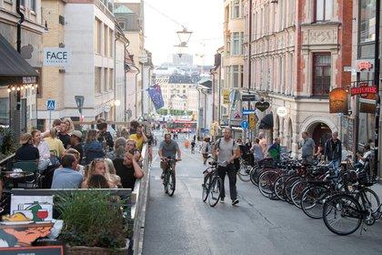 En el centro de Estocolmo, la vida transcurre casi sin cambios desde los días previos a la pandemia.