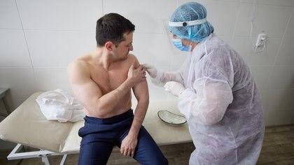 El momento en que el presidente ucraniano Volodymyr Zelenskiy recibe la vacuna de Oxford-AstraZeneca (Ukrainian Presidential Press Service/Handout)