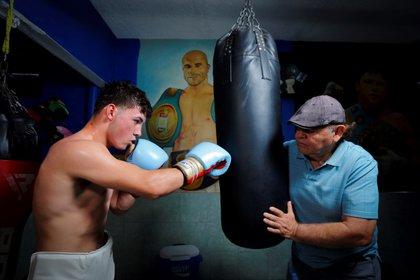 El boxeador mexicano Johansen Álvarez y su entrenador, José Reynoso, participan en una sesión de entrenamiento (Foto: EFE)