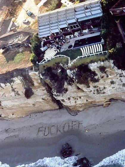 El mensaje obsceno en la playa dedicado a quienes enviaron helicópteros para tomar imágenes de la ceremonia