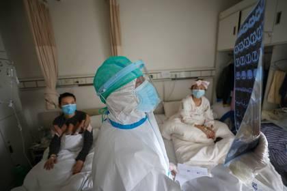 Enfermos en cuarentena en un hospital de Wuhan (Reuters)