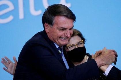 El presidente de Brasil, Jair Bolsonaro, se ha mostrado reacio a seguir las recomendaciones sanitarias frente al coronavirus. En la foto el mandatario saluda sin mascarilla a la Ministra de Agricultura, Tereza Cristina (REUTERS/Adriano Machado)