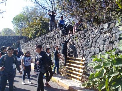 El enfrentamiento en el CCH dejaron cuatro personas heridas (Foto: Twitter@jefrancomix)